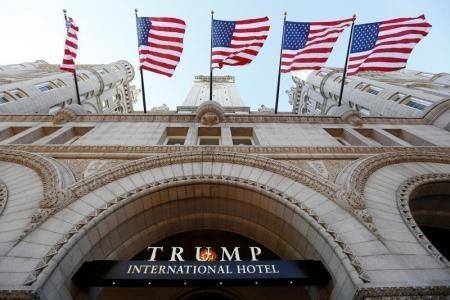 الأعلام الأمريكية ترفرف فوق فندق ترامب الدولي الجديد في يوم افتتاحه في العاصمة الأمريكية واشنطن يوم الاثنين. تصوير كيفن لامارك - رويترز.