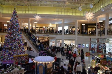 SHOP1: Thousands of shoppers crowded the Staten Island Mall on Sunday for some last minute shopping. Staten Island Advance/ Ryan Lavis